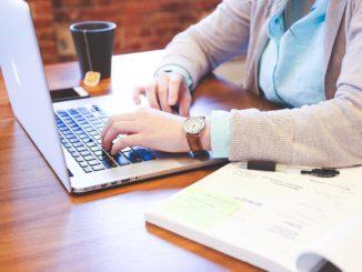 Student mit Laptop beim Logodesign